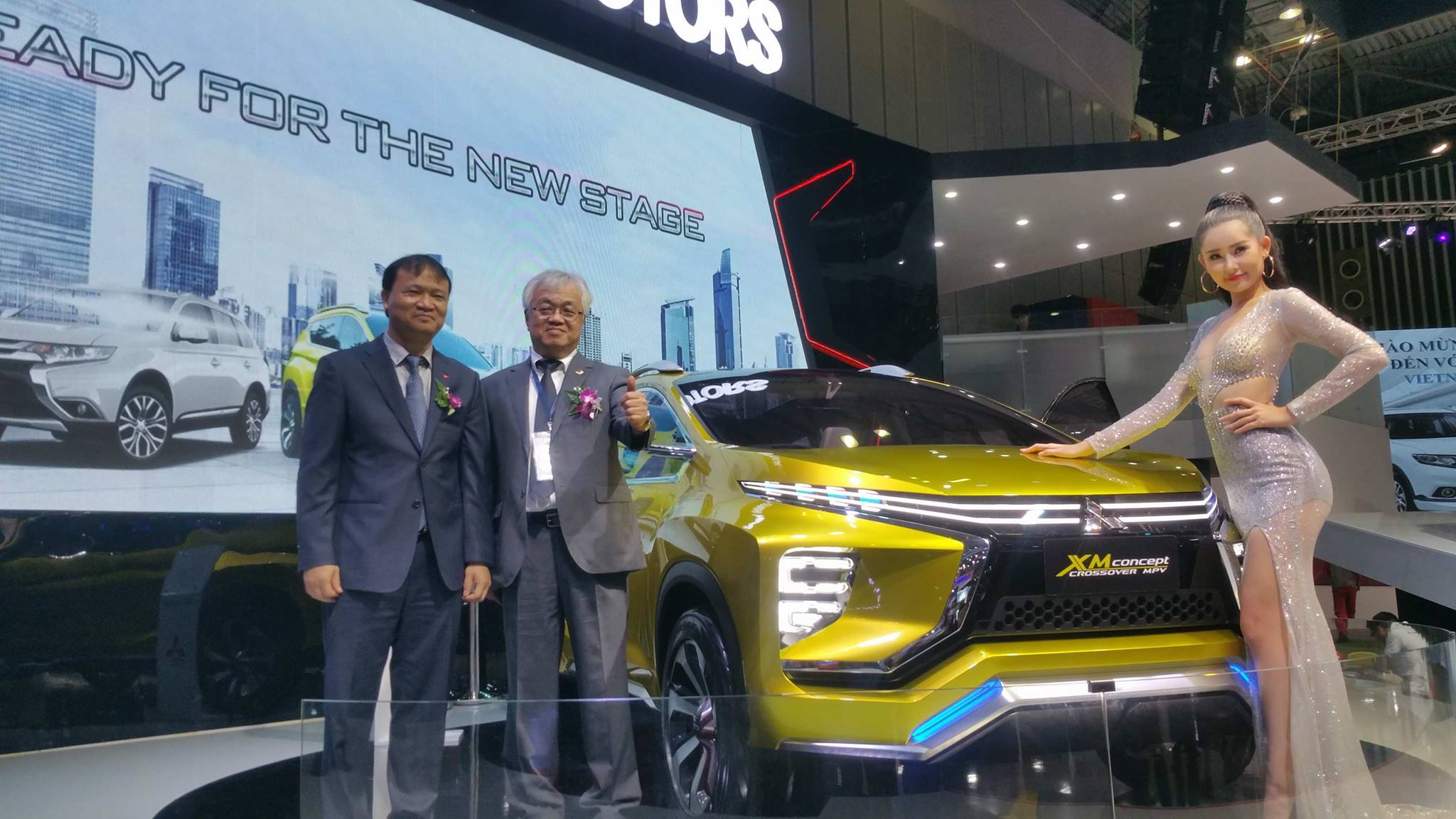 Thứ trưởng Bộ Công Thương ghé thăm gian hàng Mitsubishi Motors Vietnam.